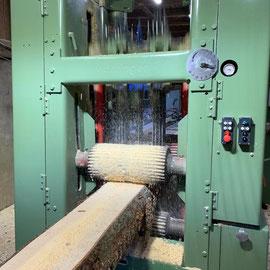 Möhringer Hochleistungsgatter mit Breitenverstellung.     Durch die variable und schnelle Schnittbreitenverstellung während des Betriebs kann eine optimale Holzausnutzung erzielt werden.