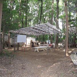 ハウス・資材庫が集中するエリア/集会をしたり、奥にある炊事場では食事の下準備をします。