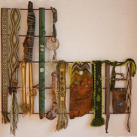 Froschkönig (2012), Wand- und Bodenobjekt mit Bandweberei (Finger-, Brettchenweberei, ostpreußisches Jostenband), Häkelei und Sprang; 76 x 78 cm
