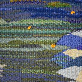 """Arbeit von Birgit Rössler (Detail): """"Glühwürmchen"""" (2015), 50 x 33 cm; Freie Gobelinweberei; Kette: merc. Baumwolle; Schuss: Wolle, Seide, Baumwolle und Viskose; Glühwürmchen: Seide (gedreht und gehäkelt)"""