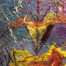 """Arbeit von Gast-Ausstellerin Maria Michels aus Kerpen/Vulkaneifel (Detail): """"Dämmerblume"""" (2014), 30 x 39 cm; Freie Handstickerei; Gefärbtes Leinen, Walk, Organza, Naturmaterialien, Folie, Stabperlen"""