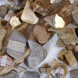 Detail aus SteinReich (2012), Raumobjekt mit Steinen (Steine von Denn, Ahr und den umliegenden Höhen, z.T. umstrickt, umhäkelt, umwebt, umfilzt, umnadelt (Nadelbindung), vergoldet), 150 x 98 x ca. 50 cm