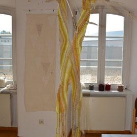 """""""Stroh zu Gold"""" (2012), Raumobjekt in Fingerwebtechnik, 43 x 110 cm"""