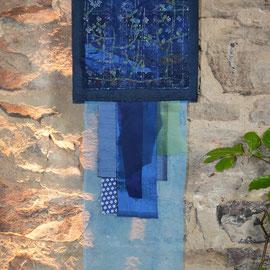 """""""In den Heidelbeeren"""" (2015), 26 x 74 cm; Freie Handstickerei mit Seide und versilbertem Faden auf Leinen und Leinen-Blaudruck"""