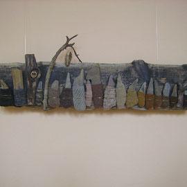 Zaunkönig (2012), Wandobjekt mit Strickerei, 85 x 32 cm