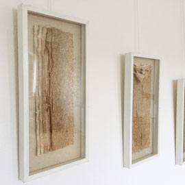 """Arbeit von Annette Schiffmann: """"Tryptichon"""" (2005), 3teilig, ca. 95 x 53 cm, jeder Rahmen 26 cm breit; Papier aus Spargelschalen geschöpft; durch Beigabe von Abaca (Papiermachergras oder Manilahanf) entstanden die verschiedenen Farbnuancen."""