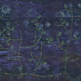 """Detail von """"In den Heidelbeeren"""" (2015), 26 x 74 cm, Freie Handstickerei mit Seide und versilbertem Faden auf Leinen und Leinen-Blaudruck"""
