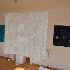 """Ausgestellte Arbeiten von links nach rechts: Fahne """"Grüne Quelle"""" (88 x 25 cm) , Quilt """"Neun Leben"""" (94 x 116 cm), Quilt """"Februarlicht"""" (100 x 110 cm) , Quilt """"Mainacht"""" (81 x 108 cm). Alle Arbeiten aus Seide."""