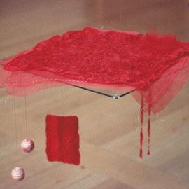 """""""Feine rote Decke für kleinen schwarzen Kater"""" (2010), Raumobjekt in freier Seidenstickerei, 40 x 40 cm"""