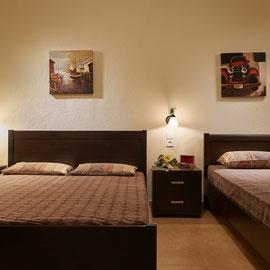 Schlafzimmer mit einem Doppelbett und einem Einzelbett