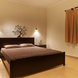 Schlafzimmer mit grossem Doppelbett ( Erwachsene )