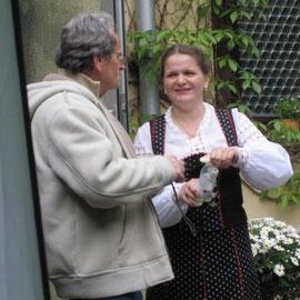 Elisabeth Kloos begrüßt die Gäste