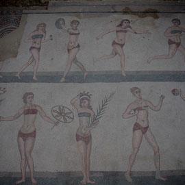 Les jeunes filles en bikini! C'est la scène la plus célèbre de la villa : dix jeunes femmes en maillot de bains taille basse, et oui déjà !