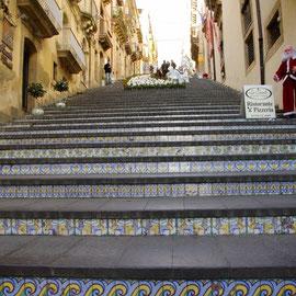 Construit en 1608 pour relier le pouvoir civil au pouvoir religieux, cet escalier compte 142 marches.