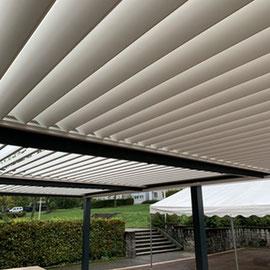 En haute Savoie, à Annecy, 3 modules de lames orientables pour une terrasse de restaurant couverte à l'année en toutes les saisons.