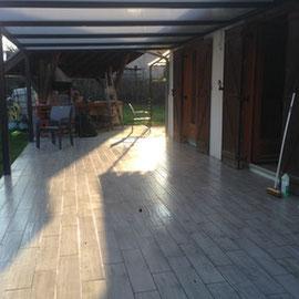 Le polycarbonate laisse passer la lumière et protège vos espaces exterieurs