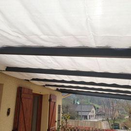 Le système est très simple, la voile d'ombrage véranda est installée sur 2 rails aluminium et montés en parallèle, elle glisse dessus pour s'ouvrir ou se fermer, et ainsi moduler l'ombrage et la température de votre véranda.