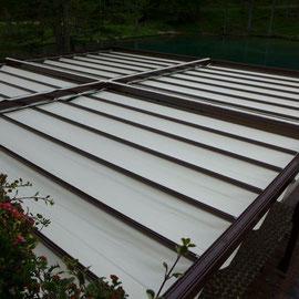 Avec les tonnelles en aluminium créez un espace contemporain sur la terrasse. L'intérêt de cette tonnelle est qu'elle peut s'installer dans un espace libre ou bien être adossée contre un mur, créant ainsi un coin terrasse plus intime. Sa toile coulissante