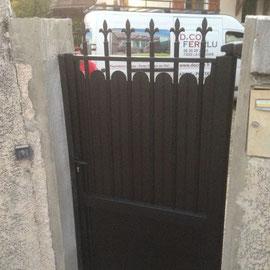 Modèle avec Festons qui permet l'occultation de la partie haute du portail. Réalisés en aluminium épaisseur 2mm, durablement insérés entre les barreaux dans des gorges techniques spéciales.