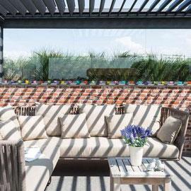 Grace aux lames orientables, on peut profiter au maximum de sa terrasse et surtout, plus lontemps dans la journée et dans l'année. Selon la position, les lames peuvent bloquer efficacement les rayons du soleil en été  et les laisser passer en hiver.