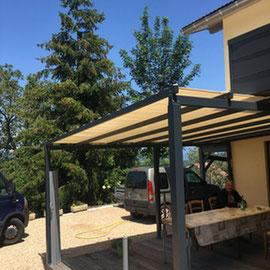 La pergola peut également faire office de frontière entre 2 espaces, un bâtiment non clos ouvert sur l'extérieur.