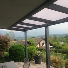 Une véritable protection solaire, les stores de toiture sont des solutions idéales pour réguler la température et contrôler la luminosité.
