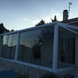 Une pièce vitrée, adossé à la façade, constitue un espace d'agrément ou on profite l'hiver des rayons du soleil.