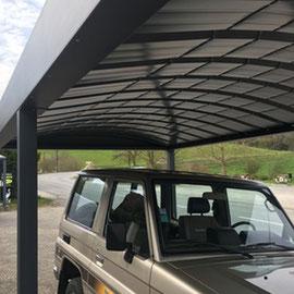 En couverture du carport en aluminium, pour une meilleure résistance, de la tôle bac cintrée.