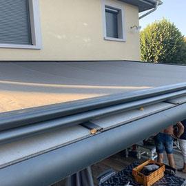Le store sur toiture est indispensable pour les pergolas avec une toiture en verre. Il empêche la chaleur et l'éblouissement.