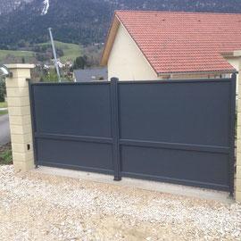 Les portails aluminium se caractérisent par un assemblage mécanique haute qualité et l'utilisation d'accessoires en fonte d'aluminium et acier inoxydable. Entièrement sur mesure, conçu et fabriqué en France.