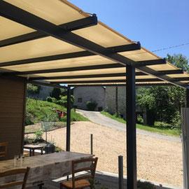 Une terrasse couverte et non fermée, un nouvel espace détente pour profiter de vos extérieurs.