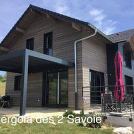 Si la discrétion est le maître mot dans la plupart des projets, l'intégration d'une pergola bioclimatique  et son contraste peut aussi être de mise, et aider à relooker une maison, à lui donner un coup de jeune.