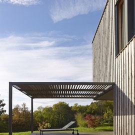 Structure en acier sur mesure pour recevoir une toiture en canisses qui sauront parfaitement se fondre dans le décor naturel de votre terrasse.