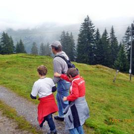 Von der Bergstation zum Tal bei trüber Aussicht.