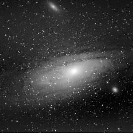 M31 - galaxie d'andromède (19 poses de 25 s à 3200 iso- 10 darks- pas de flat - Lucy 19/07/2018 - Loïc - lunette achromatique 150/750 / HEQ5 motorisée non guidée/APN pentax K50  - traitement iris/lightroom) passé en N&B sous lightroom, à reprendre ss IRIS