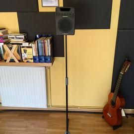 Altavoz acoplado a un soporte, con esto conseguimos la altura apropiada para escuchar bien el theremin en concierto