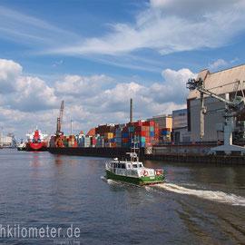 Fabrikenhafen und das kleine Zollboot BUSSARD