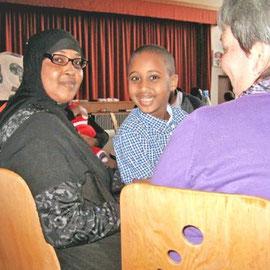 Von Dschibuti nach Pflaumheim: Nima Bogorhe und ihr Sohn Abdulkarim werden seit kurzem von einer Großostheimerin bei Alltäglichem unterstützt  -  Foto: Caroline Wadenka