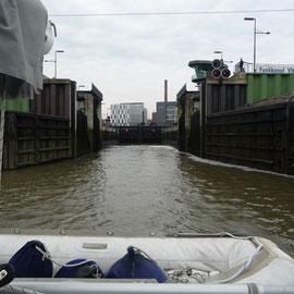 Durch die Schleuse in die Weser