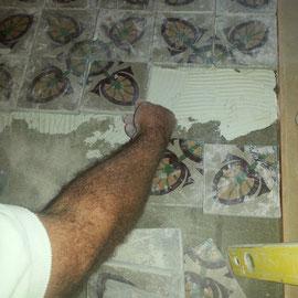 colocación de baldosas de mosaico antiguo