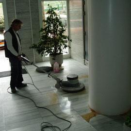 abrillantar mármol vestíbulo (trabajador y máquina Superlux)