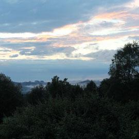 Le bout des bois - depuis le jardin, ciel de fin d'après-midi