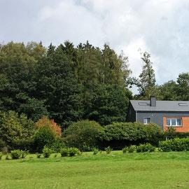 Le bout des bois - zicht op de cottage van bij la Plite