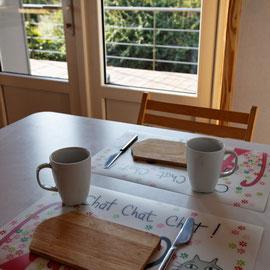 Cuisine, vue sur la vallée et le jardin au déjeuner