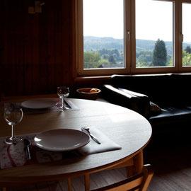 Le bout des bois - table au salon avec vue sur la vallée