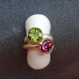 Zwei Ringe 18 Karat Gelbgold mit Peridot und Turmalin