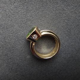 18 Karat Gelbgold mit grünem Turmalin und vier Diamanten