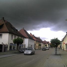 Da braut sich was zusammen. Bevorstehendes Gewitter in Wallerstein.