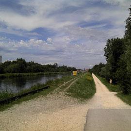 Entlang des Lechkanals auf Schotter in Richtung Donauwörth