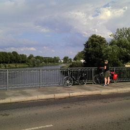 Die noch junge Donau. Ein Blick von der Brücke in Donauwörth.